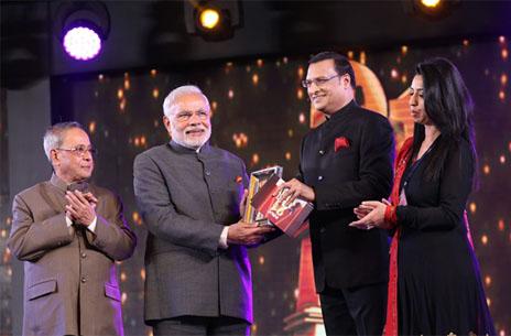 rajat-sharma-photo-with-narendra-modi