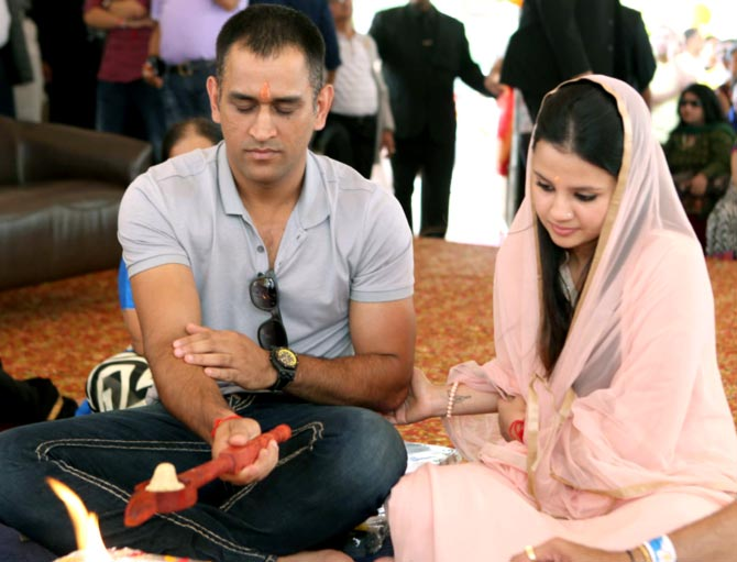 ms-dhoni-family-wife-daughter